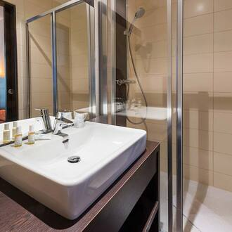 bathroom with shower Comfort room Hotel Vivienne Opera Paris